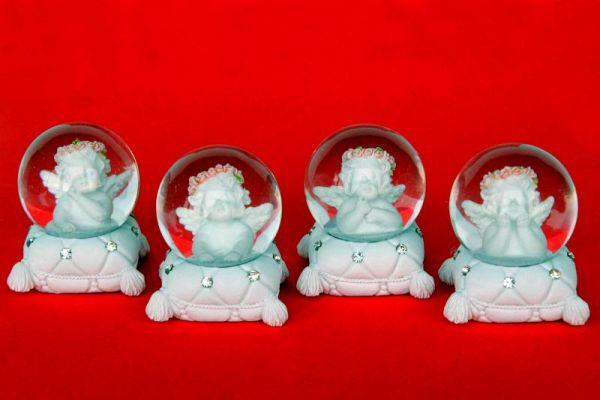 Schneekugel 45mm<br> mit Engeln auf<br>weißem Kissen