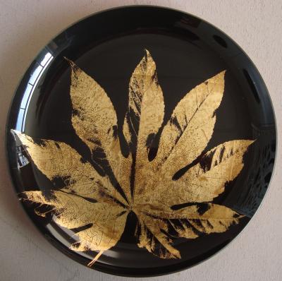 Glasteller schwarz<br> mit goldenem Blatt<br>Impressionen