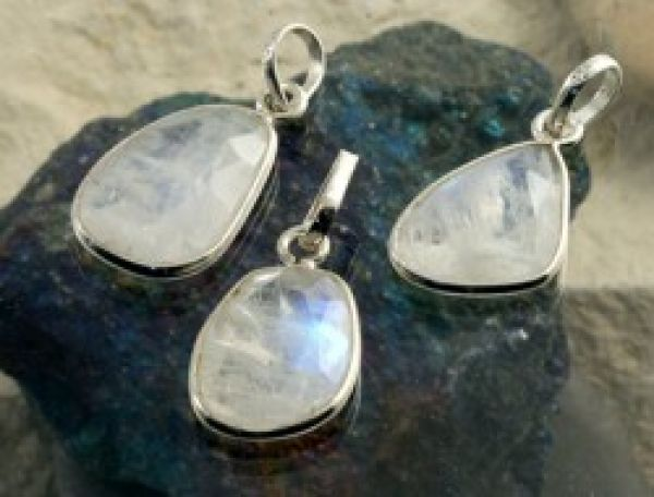 Jewelry pendant<br> rainbow moonstone<br>faceted