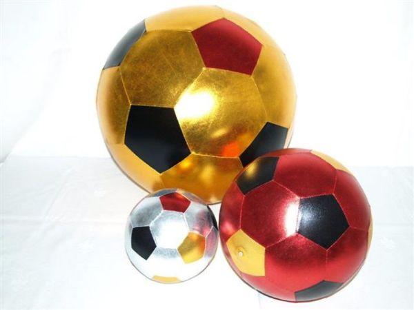 Metallic Fußball im Netz