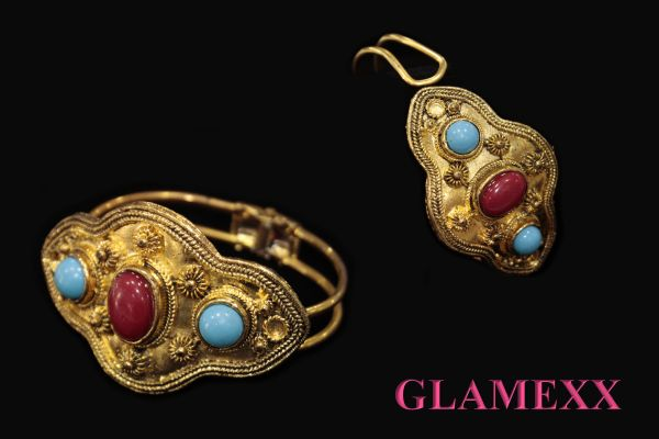 Bangles, costume<br> jewelry in Gold<br>Red Blue colors S