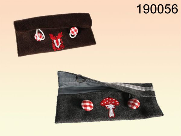 Felt pouch with 2<br>buttons items